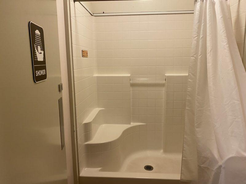 キャンプアンドキャビンズシャワー室